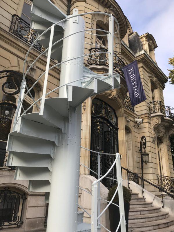 Treppe des Eifelturms vor dem HAuptgebäude von Artcurial © Artcurial Kopie