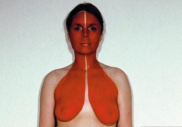 Rebecca Horn, Rotbrust, 1971 (Filmstill) 16 mm (digitalisiert), Farbe, ohne Ton Rebecca Horn Collection © 2019: Rebecca Horn/ProLitteris, Zürich