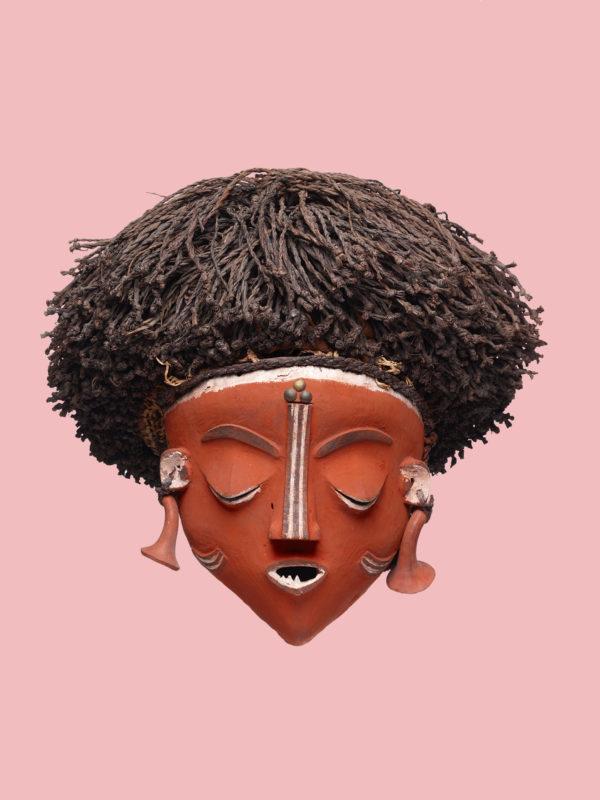 Maske mit Frauengesicht kambanda Künstler der Pende-Region, Kongo, vor 1939. Holz, Pflanzenfaser, Messingnägel, 32 x 35 x 30 cm © Museum Rietberg Zürich, Geschenk Barbara und Eberhard Fischer