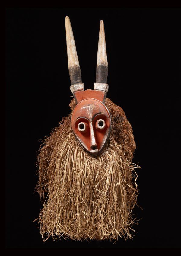 Maske mit Hörnern Künstler der Pende-Region, Kongo, vor 1939. Holz, bemalt, Pflanzenfasern, 67 x 29 x 36 cm © Museum Rietberg Zürich, Geschenk Barbara und Eberhard Fischer