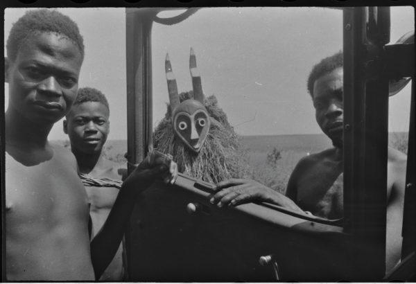 """""""Maske und Auto """" Hans Himmelheber, Kongo, 1938. SW-Negativ © Museum Rietberg Zürich, Geschenk Erbengemeinschaft Hans Himmelheber"""