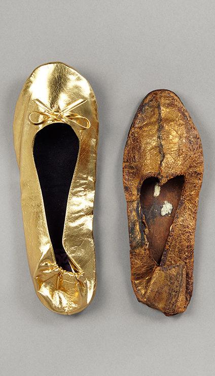 Ballerina, Ballerina2Go, Kunststoff, Deutschland, 2019 und Pantoffel, Leder mit Blattgold belegt, Ägypten, 4.−7. Jh. © DLM, M. Özkilinc