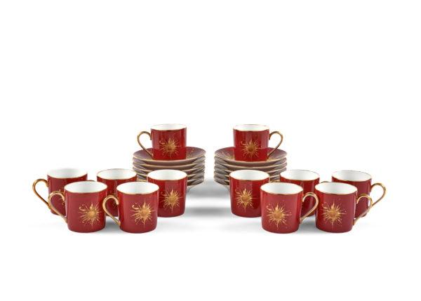 Douze tasses et sous-tasses à café, fond bordeaux, Modèle Ritz Club © Artcurial